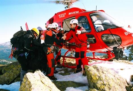 entrada camilla al helicoptero rescate mini