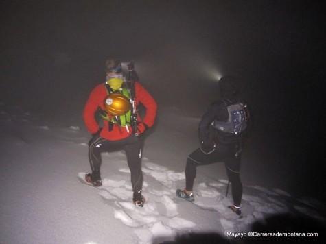 Chaquetas de trail a bajocero en cresta de Claveles nocturna invernal.