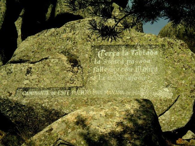 Versos del Arcipreste de Hita cincelados en la Peña que lleva su nombre. Foto: Mayayo