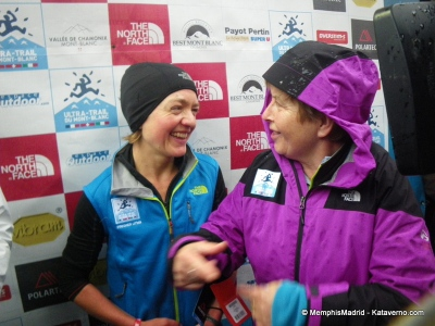 Lizzy Hawker -The North Face- campeona del UTMB 2012, sonriendo con Catherinne Poletti.