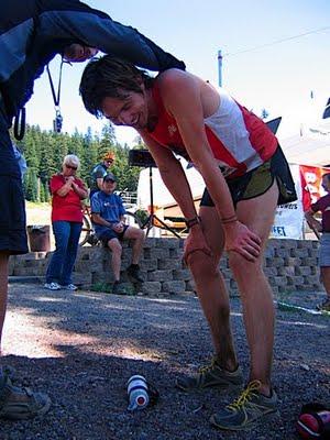 Erik Skaggs en meta de Waldo 100 Miles 2009. Tras el record y antes de requerir diálisis. Foto: Rogue Valley Runners.