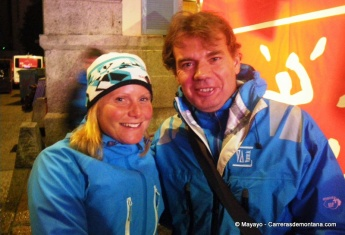 corredores de montaña Anna frost con mayayo animando en meta UTMB12