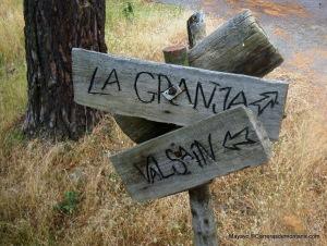 Rutas Montaña Maratón Alpina Dos Canchales_ Cartel en la carretera forestal. Apenas 2.7k a La granja ya.