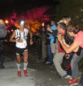 Kilian Jornet lidera UTMB 2009 al paso por ND La Gorge. Foto: Kataverno