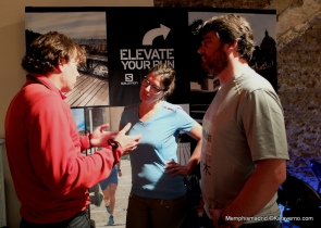 Julie y Joan, de marketing Salomon, comentando con Mayayo la colección Citytrail.