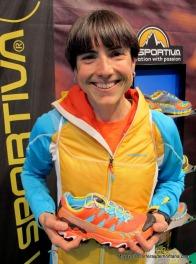 maite maiora la víspera de la carrera con sus zapatillas La Sportiva