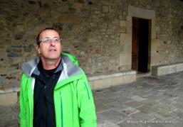 Alberto Aierbe en el bonito pórtico de pierda del Ayuntamiento de Zegama.