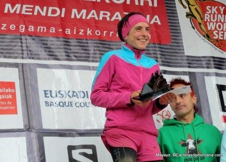 Maite Maiora (La Sportiva) sonriente en el podio de Zegama. Foto mayayo