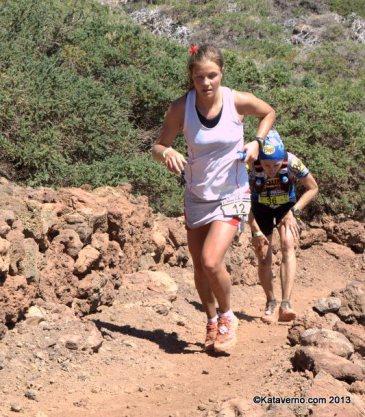 transvulcania 2013: emelie forsberg y nuria picas luchando en el Roque de los Muchachos