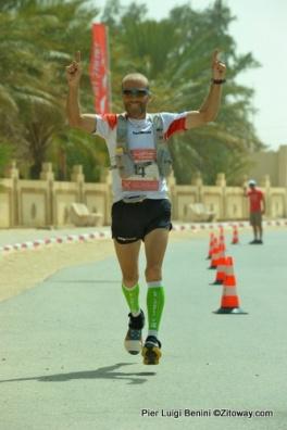 Raul entrando campeón de los 100kms del Sahara 2014 en Douz