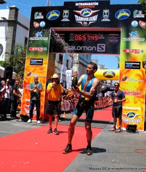 Lujis Alberto Hernando celebrando la victoria en meta Transvulcania 2014