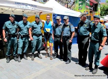 Luis Alberto Hernando en meta Transvulcania 2014 con los compañeros que velaron por la carrera.