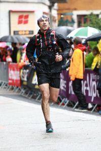 Isaac Torija sprintando a meta en la Place de L´Amitie, Chamonix. Foto: Maindrup Photo.
