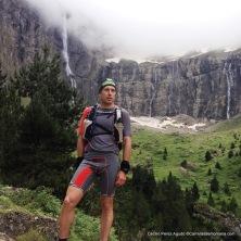 Cecilio Pérez Agudo en plena Monte Perdido Xtrem con ropa trail running Land