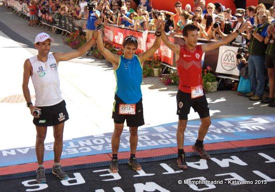 Thevenard campeón UTMB-13 con Miguel Heras y Javi Domínguez tras el.