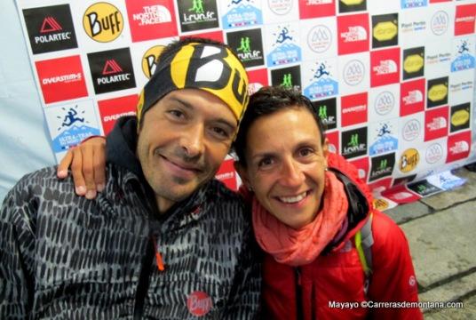 Pau Bartoló relajado ya como campeón CCC con su mujer, Montse.