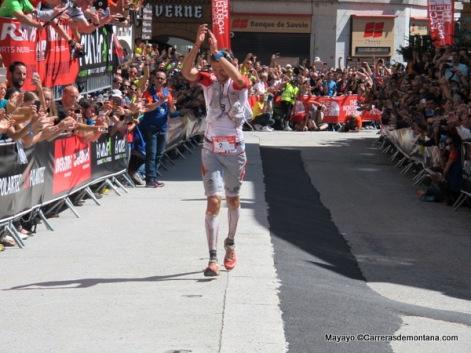 François d´Haene aplaude a la aficion en meta Chamonix.