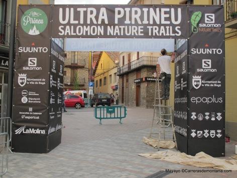 Ultra Pirineu 2014: El arco de meta espera ya los primeros finalistas de carrera.