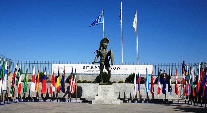 La Estatua de Leónidas, engalanada para Spartathlon. Foto: wikipedia.