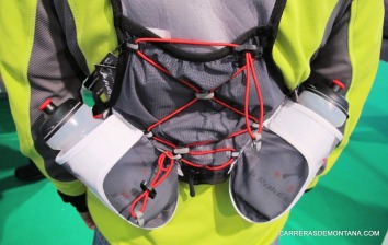 mochila trail running raidlight r-zone. Detalle bidones lumbares.