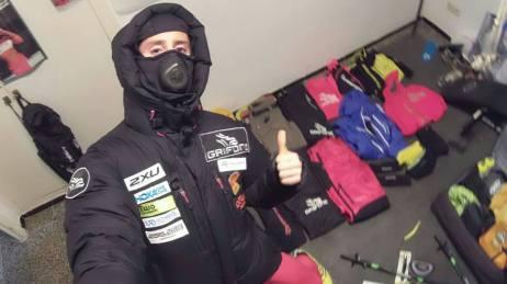 Joel con todo el material de carrera, antes de partir para Alaska