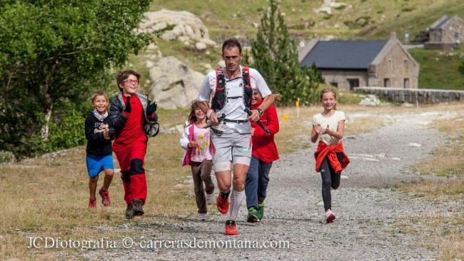 Iker Karrera liderando  Buff Epic trail 2014, animado por la afición de la tierra.