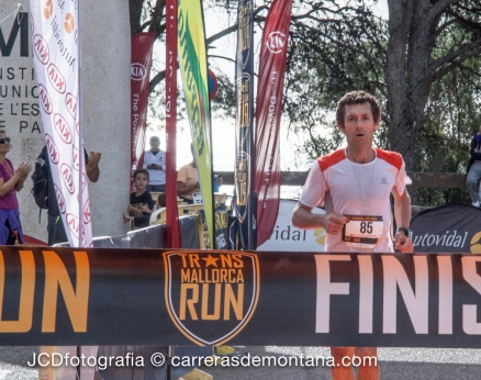 Roberto Heras en la meta del Castillo Bellver, completando Transmallorca Run.