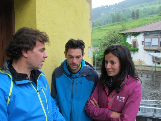 Zegama Aizkorri: Entrevistando a Marco De Gasperi y Elisa Desco a unos metros de la salida del Domingo.