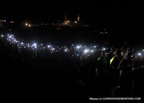 Transvulcania 2015: Procesión de frontales en la salida. Elites y populares unidos hacen este deporte.