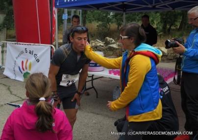 Alfredo, con su mujer y su hija en la meta del Maratón Alpino Madrileño que ganó este 2015 por tercera vez.