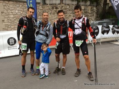 Ultra Pirineu: Populares tras completar la meta en Bagá, ya de día.