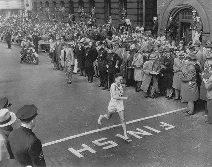 Tanaka gana Maratón Boston 1951 calzando tabi