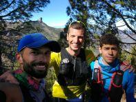 Pablo Villalobos, Efrén Segundo y Alejandro Mayor con el Roque Nublo al fondo